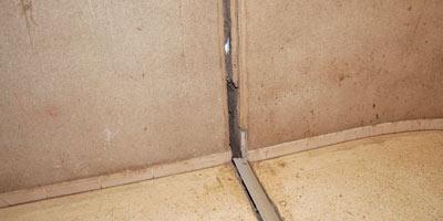 Fissures et infiltrations d'eau dans une cité construite par l'ONDA à Berrechid