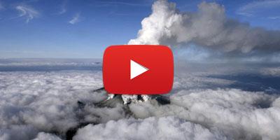 Il filme l'éruption d'un volcan au Japon puis se fait rattraper par le nuage de cendres..