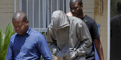 Oscar Pistorius, en larmes, formellement inculpé du meurtre de sa petite amie