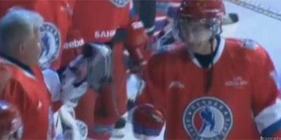 En Vidéo – Vladimir Poutine s'essaye au hockey sur glace à Sotchi