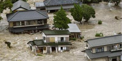 Une ville japonaise brusquement envahie par une rivière
