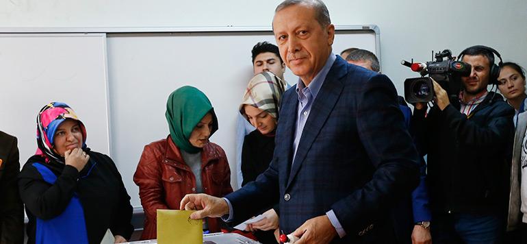 Législatives en Turquie: vers une majorité absolue pour l'AKP