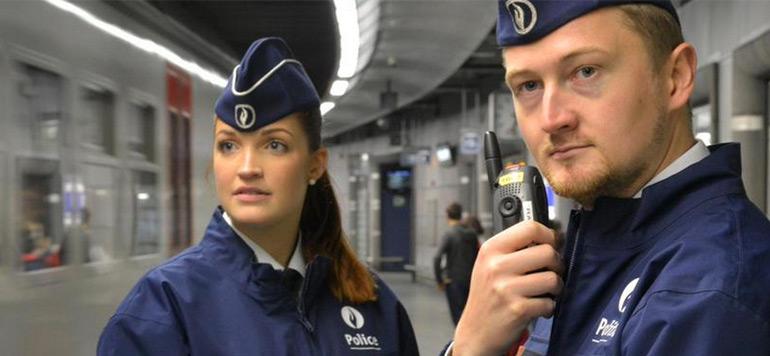 Opérations antiterroristes: la police belge offre des croquettes aux chats qui l'ont aidée