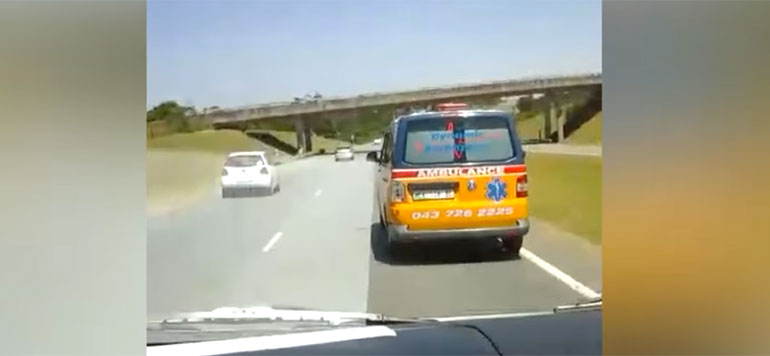 Vidéo : Deux ambulances privées font la course pour arriver sur le lieu de l'accident