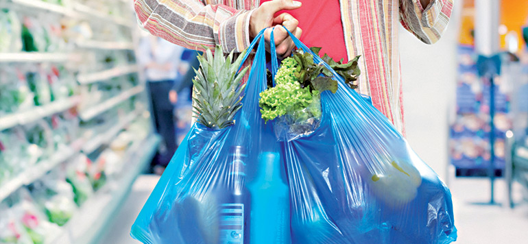 Sacs en plastique : deux ans après l'interdiction, la loi sera amendée