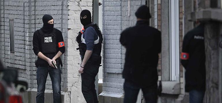 Attentats de Paris: deux policiers blessés lors d'une perquisition à Bruxelles