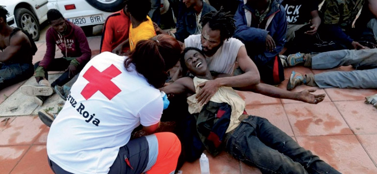 Des migrants à l'assaut de la barrière