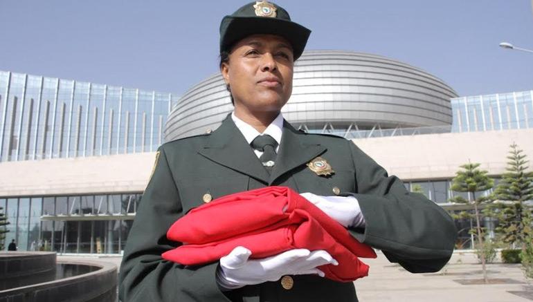 Vid o le drapeau marocain hiss au si ge de l union for Portnet maroc