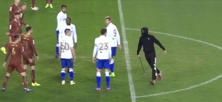 Vidéo : avec une barre de fer, un hooligan croate prend en chasse l'arbitre