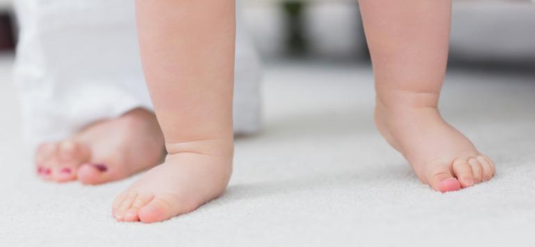 Vidéo insolite : La marche d'un bébé quelques minutes après sa naissance