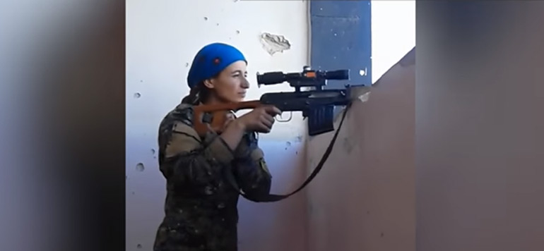 Vidéo : l'incroyable réaction d'une combattante kurde échappant à un tir de sniper
