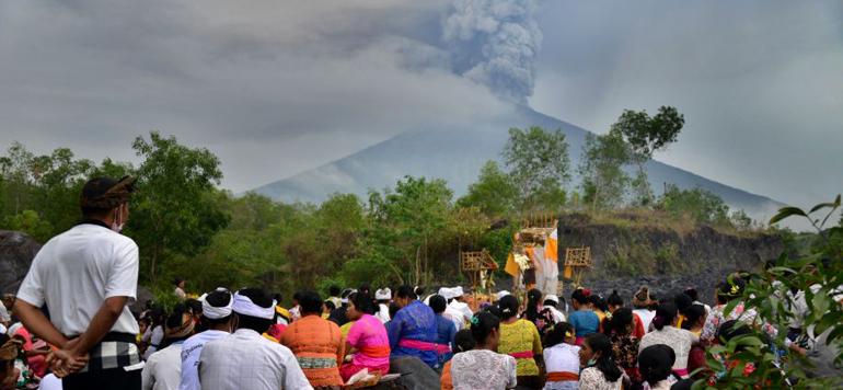 Bali : des milliers de personnes évacuées après le réveil du volcan Agung
