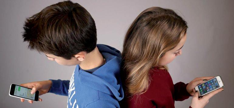 Les réseaux sociaux risquent-ils de jeter un froid sur les relations familiales ?
