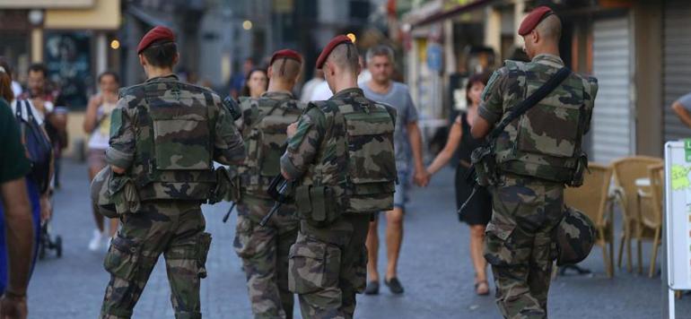 France : Un véhicule fonce sur des militaires près de Grenoble