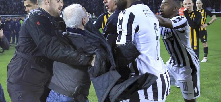 Vidéo : Le président du PAOK rentre sur la pelouse un pistolet à la ceinture