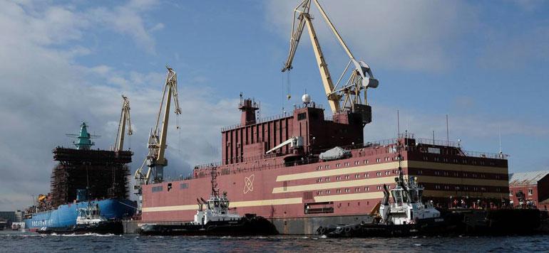 Russie : la première centrale nucléaire flottante au monde, amarrée dans l'Arctique