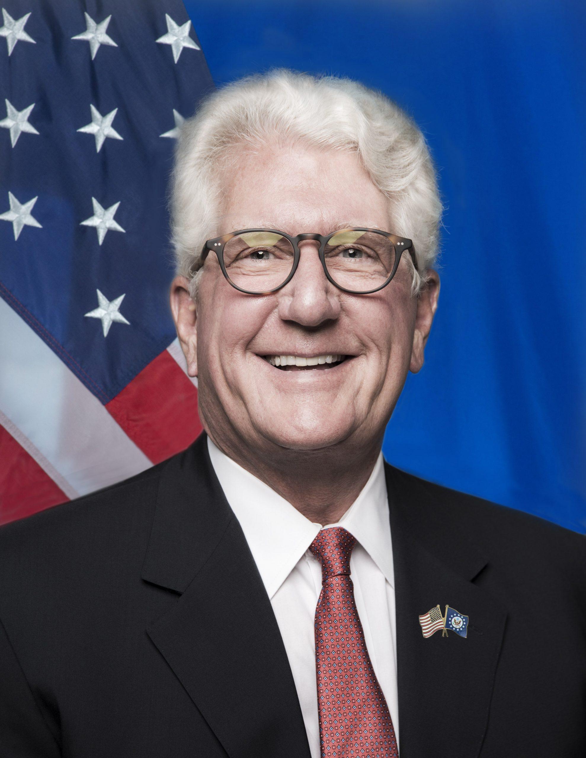L'ancien ambassadeur américain au Maroc David T. Fischer reçoit la « National Security Medal »